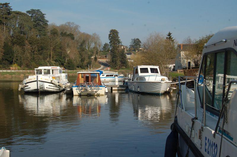 le port de plaisance de Château-Gontier par un beau matin de printemps