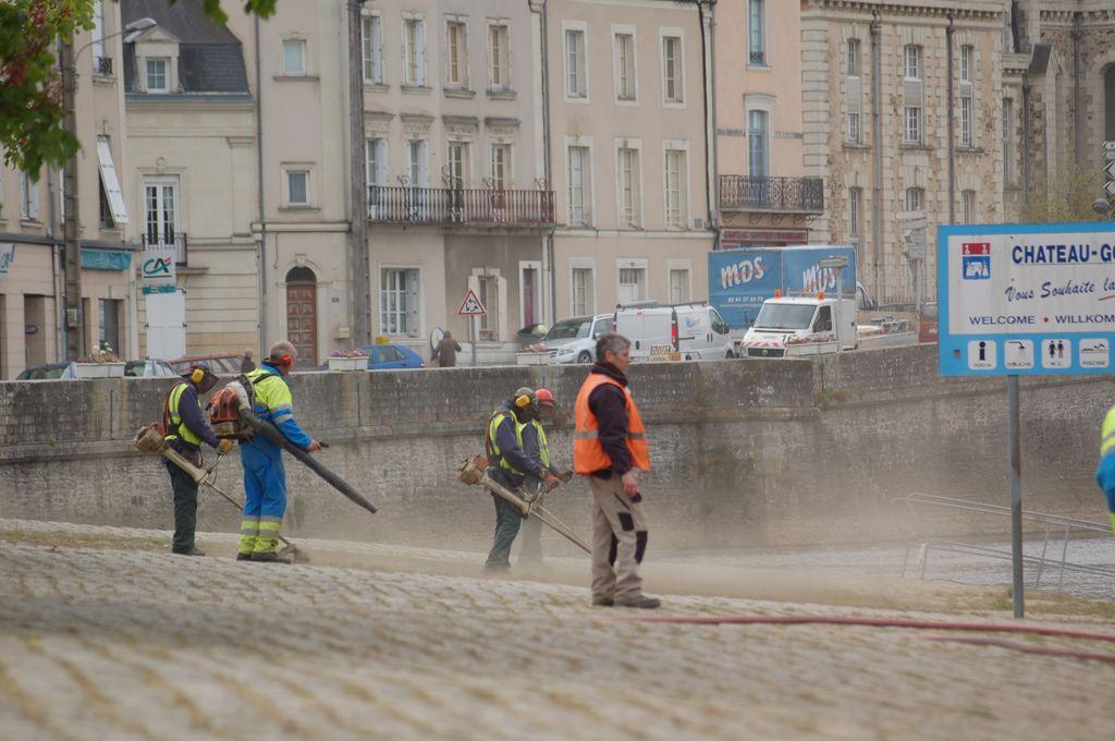 nettoyage du quai du port de plaisance de Château-Gontier