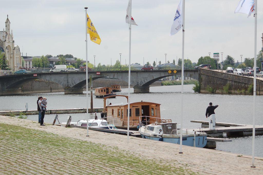 arrivée des Toues Mayenne au port canotika de Château-Gontier