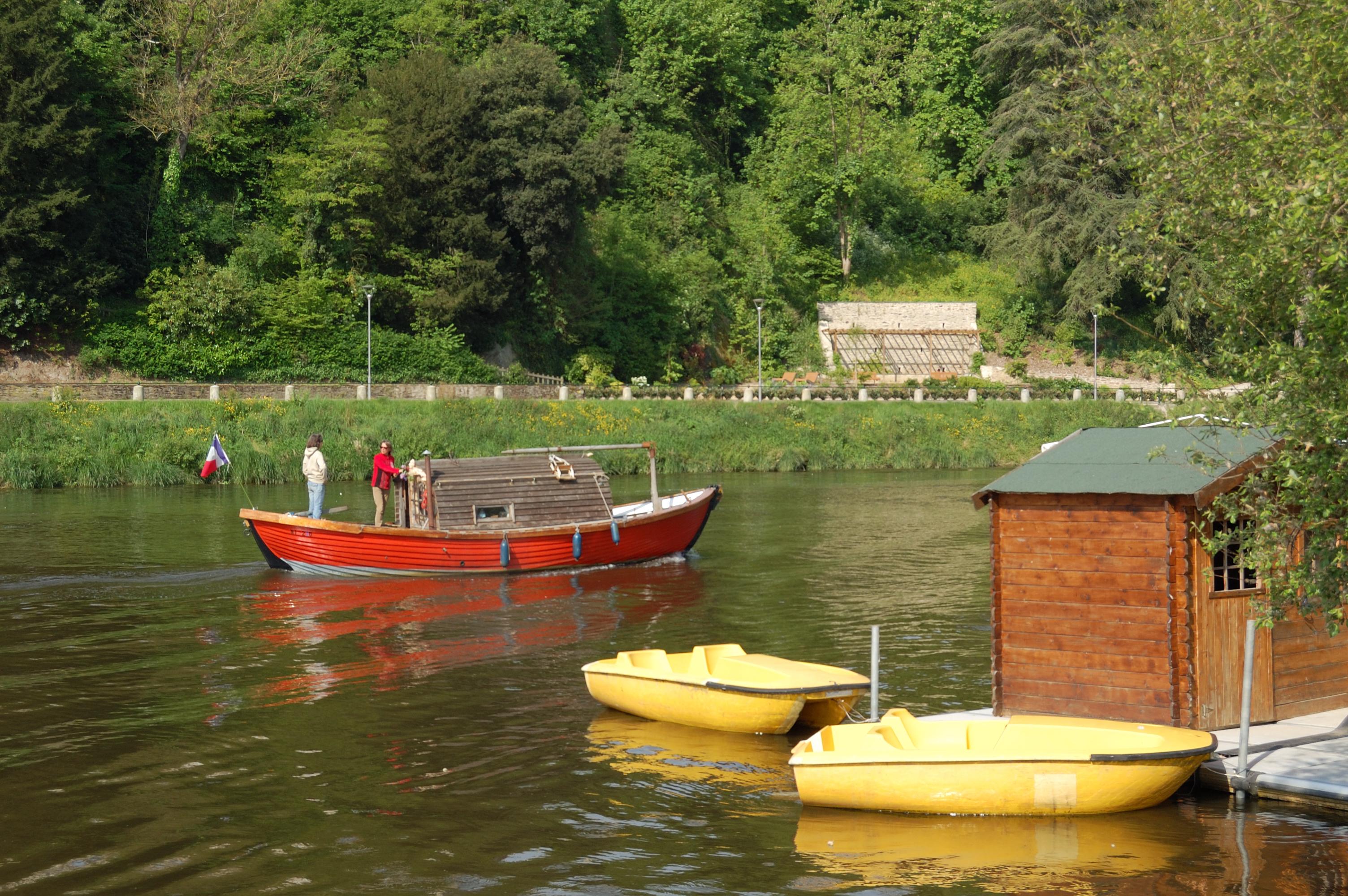 passage d'un bateau de plaisance ancien devant la capitainerie